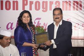 bharati vidyapeeth ms richa mendiratta sr software engineer xpanxion being felicitated by dr sachin vernekar dean fms bvu and director imed