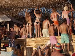 Αποτέλεσμα εικόνας για μεθυσμένοι άγγλοι στα μάλια κρήτης