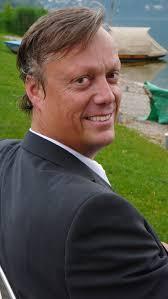 Jonas Jonasson tillbaka i Malmköping (2012). FOTO: Gabriella Corti. Jonas Jonassons debutroman Hundraåringen som klev ut genom fönstret och försvann blev ... - jonas_jonasson_2009_1_med
