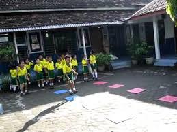 Hasil gambar untuk Anak TK Belajar Berolahraga di Sekolah