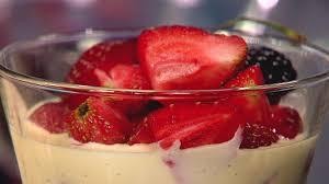 Jordgubbsmousse med limecurd och vaniljsås | SVT recept