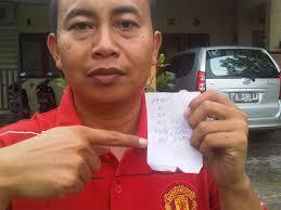 KUPON TOGEL—Anggota DPRD Grobogan dari PKS, Ahmad Suudi SSos, Senin (27/6), menunjukan kupon judi togel yang kembali marak di sejumlah kecamatan di ... - 27Togel