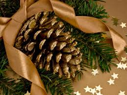 cheap christmas decor: dip pinecones in gold paint either partially or all of the way or use a mixture of water glue and glitter for a sparkling effect